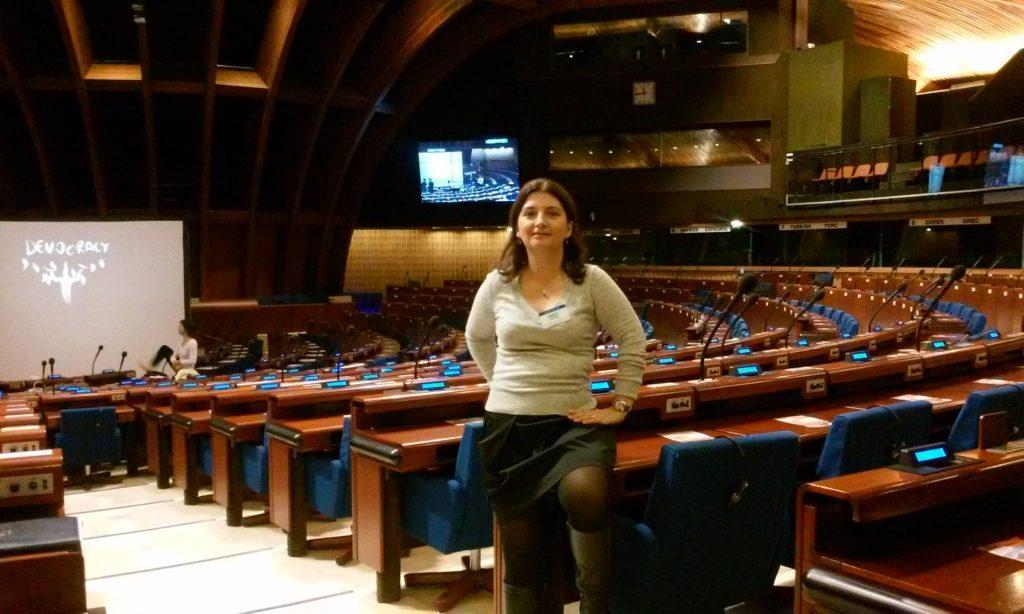 Κέλλυ Μανούδη: «Για να γίνουμε δημοκρατικοί πολίτες δεν αρκεί μόνο να διαβάζουμε τους ορισμούς στα βιβλία, πρέπει να το βιώσουμε»